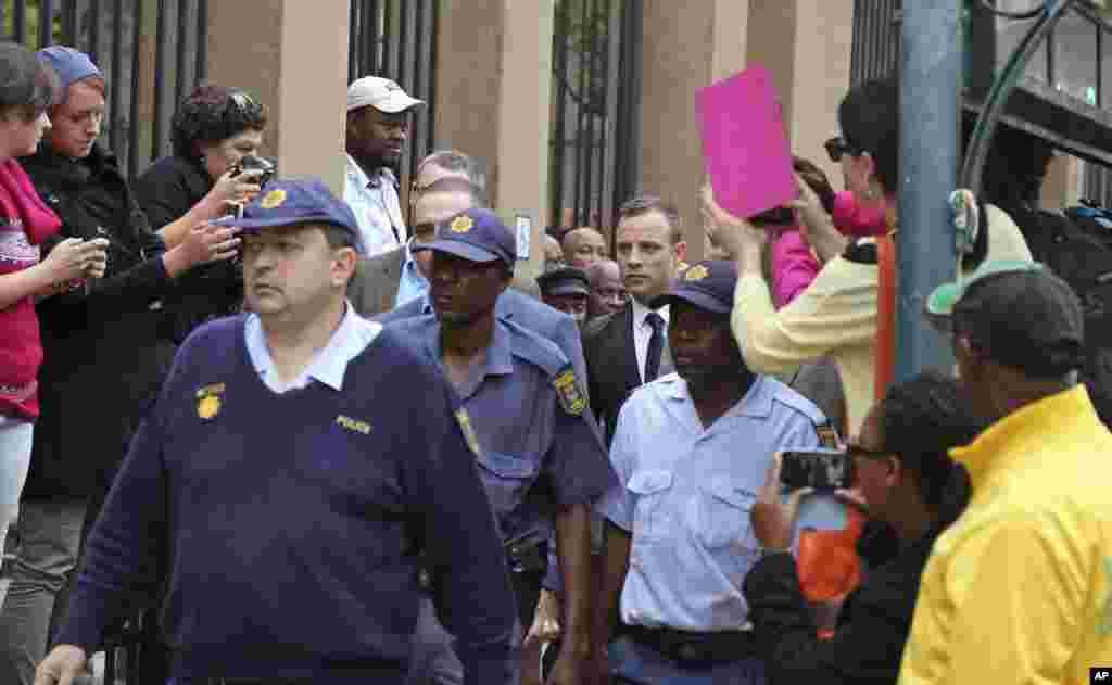 Oscar Pistorius à chegada do tribunal no quarto dia de julgamento em Pretória, Março 6, 2014.