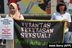 "Aktivis perempuan dari gerakan anti kekerasan memegang spanduk bertuliskan ""Memberantas Kekerasan Seksual? Pasti Ada Jalan!"" saat protes pelecehan seksual dan kekerasan terhadap perempuan di kampus-kampus, di luar Kementerian Pendidikan dan Kebudayaan di"