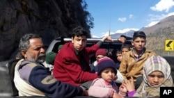 Warga Pakistan Kashmir menyelamatkan diri dar Kota Chakoti, sekitar 5 km dari perbatasan Pakistan-India menyusul baku tembak antara India dan Pakistan di Jalur Pengawasan Pakistan Kashmir, 27 Februari 2019.