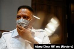 Paulus Waterpauw, Kepala Badan Intelijen dan Keamanan Polri, memberi isyarat saat berbicara saat wawancara di kantornya di Jakarta, 29 April 2021. (Foto: REUTERS/Ajeng Dinar Ulfiana)