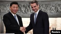 中國國家主席習近平在雅典與希臘總理米佐塔基斯握手。(2019年11月11日)