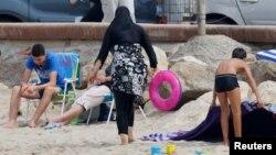 Une femme musulmane porte un burkini, sur les plages de Marseille, France, le 17 août 2016.