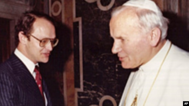VOA's Jack Payton, then a reporter for United Press International, shakes hands with Pope John Paul II during an audience at the Vatican in 1982