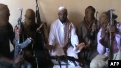 Pemimpin Boko Haram, Abubakar Shekau (tengah) dikelilingi oleh para militan Boko Haram (foto: dok).