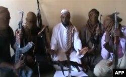 ຜູ້ນຳ Boko Haram ທ້າວ Abubakar Shekau, ກາງ ແມ່ນຢູ່ກັບກຸ່ມກະບົດທີ່ໄດ້ກ່າວວ່າ ຕົນໄດ້ສັງຫານຜູ້ນຳອັນດັບສອງຂອງກຸ່ມ Boko Haram, ເມສາ 2012.