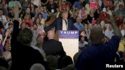 Ông Trump không sửa sai một người đàn ông, khi người này nêu nghi vấn về tôn giáo và quốc tịch của Tổng thống Obama hôm 17/9.