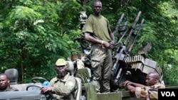 Anggota pasukan pendukung Ouattara siap siaga dengan senjata di Duekoue, Pantai Gading bagian barat, Rabu (30/3).