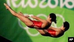 """Olympic này tiếp tục là một """"mỏ vàng"""" của đội nhảy cầu Trung Quốc. Chen Ruolin và Liu Huixia đoạt huy chương vàng nội dung 10 mét cầu mềm đôi nữ."""
