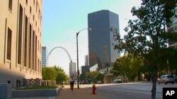 圣路易斯市的市容,远处是弧形大拱门