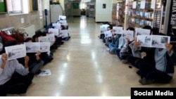 تحصن دانشجویان دانشکده روانشناسی دانشگاه تهران در حمایت از اعتراضات کارگران «نیشکر هفت تپه»