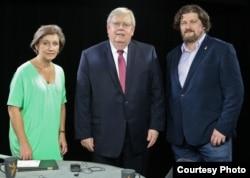 U.S. Ambassador to Russia John Tefft, center, with VOA Russian Service's Danila Galperovich and Radio Free Europe/Radio Liberty's Irina Lagunina, left, June 27, 2016. (U.S. Embassy photo)