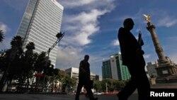 Centro financiero cerca del momumento al Ángel de la Independencia en Ciudad de México. Según el BM, la clase media latinoamericana ha mejorado sensiblemente.