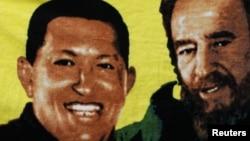 Para pendukung Presiden Venezuela Hugo Chavez (tidak nampak pada gambar) menggenggam spanduk bergambar Chaves bersama mantan pemimpin Kuba Fidel Castro (kanan) dalam persiapan pelantikan di Caracas, 5 January 2013 (Foto: dok).