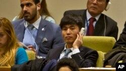 Nhà bất đồng chính kiến Bắc Triều Tiên Shin Dong-Hyuk, giữa, lắng nghe trong 1 cuộc họp của ủy ban nhân quyền LHQ, 18/11/2014.
