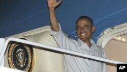 ທ່ານ Barack Obama ຂຶ້ນເຮືອບິນປະຈໍາຕໍາແໜ່ງ Air Force One ທີ່ຖານທັບຮ່ວມ Pearl Harbor- Hickam ໃນເກາະໂຮໂນລູລູ ເພື່ອກັບຄືນມາຍັງວໍຊິງຕັນ ໃນວັນພຸດວານນີ້ ເພື່ອດໍາເນີນຄວາມພະຍາຍາມຄັ້ງສຸດທ້າຍ ຫາທາງຫລີກລ່ຽງ ເຫວງົບປະມານ