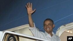 美國總統奧巴馬星期三在檀香山珍珠港-希卡姆聯合基地登上空軍一號總統專機﹐返回華盛頓