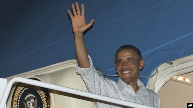 26일 하와이 호눌룰루에서 워싱턴으로 향하는 대통령전영기에 탑승하는 바락 오바마 미국 대통령.