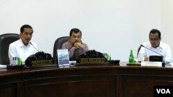 Presiden Joko Widodo (kiri) memimpin rapat kabinet terbatas di Jakarta (foto: VOA/Andylala).