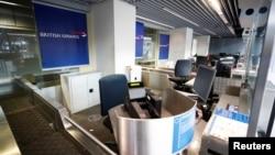 德國杜塞爾多夫機場空無一人的英國航空公司的櫃檯。(2020年12月21日)