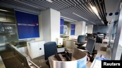 德國杜塞爾多夫機場空無一人的英國航空公司的櫃檯。 (2020年12月21日)