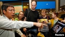 2013年6月23日,在莫斯科机场一群记者向来自香港班机的乘客展示斯诺登的照片,寻问他们是否看到斯诺登也在那个来自香港的班机上。