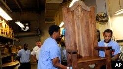 Các tù nhân tại một nhà tù ở thành phố Philadelphia, đang đóng một chiếc ghế để tặng cho Đức Giáo Hoàng khi Ngài đến thăm nhà tù này vào tháng tới.