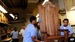 Dos de los reos encargados de la elaboración de la silla para el Papa se preparan para dejarla terminada para el próximo 27 de septiembre, fecha en la que el Papa visitará el centro penitenciario en Filadelfia.