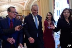 Arhiva - Lider manjine u senatu Chuck Schumer, demokrata iz New Yorka, praćen reporterima vraća se na Capitol Hill u Washingtonu, 4. januara 2019.
