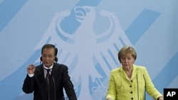German Chancellor Angela Merkel, right, and Chinese Prime Minister Wen Jiabao attend a news conference after a meeting at the chancellery in Berlin, Germany, June 28, 2011.