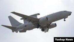 미한연합사령부가 북한의 미사일 도발에 대비해 대북정보 감시태세인 워치콘을 3단계에서 2단계로 한 단계 상향한 10일, 임무수행을 마친 공군의 공중조기경보통제기(E-737, 일명 피스아이)가 김해공항 활주로에 착륙하고 있다.