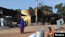 wata mata zaune a gefen hanya da kayanta a bayan da 'yan bindigar Boko Haram suka kai farmaki kan garin Benisheik, September 19, 2013.