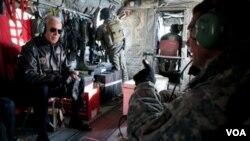 El vicepresidente de Estados Unidos, Joe Biden, y el general Petraeus dialogan a bordo de un helicóptero en Afganistán.