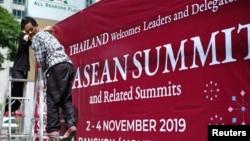 泰國工人在曼谷為第35屆東盟峰會做準備。(2019年10月29日)