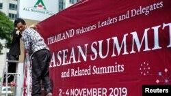 Para pekerja memasang tanda untuk menyambut para pemimpin dalam KTT ASEAN ke-35 di Bangkok, Thailand, 29 Oktober 2019.