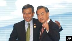 Menteri Luar Negeri Singapura Vivian Balakrishnan (kiri) berjabat tangan dengan Menlu China Wang Yi di Vientiane, Laos, 25 Juli 2016 (Foto: dok).