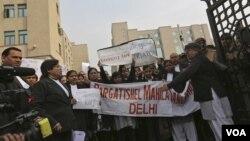 示威者在新德里的法院前要求加快處理強姦案的司法審理