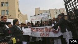 Đoàn người biểu tình phản đối trước một tòa án trong thủ đô New Delhi của Ấn Độ, yêu cầu ngành tư pháp hành động nhanh chóng hơn chống lại hành động cưỡng hiếp