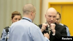 Kẻ giết người hàng loạt Anders Behring Breivik được tháo bỏ còng tay bên trong phòng xử án nhà tù Skien, Na Uy, ngày 16 tháng 3 năm 2016.