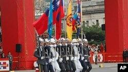 台湾百年庆典上三军仪仗队举着的国旗等旗帜