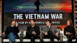 """Đạo diễn Ken Burns, bên trái, Trent Reznor, Atticus Ross và đạo diễn Lynn Novick, bên phải, nói về phim tài liệu """"Chiến tranh Việt Nam"""" trên đài PBS trước Hội các nhà phê bình phim truyền hình ở Pasadena, California. Ảnh chụp ngày 15/1/2017."""