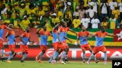 Les Léopards de la RDC célèbrent après leur victoire 3-1 contre les Eperviers du Togo à la CAN 2017, au stade Port-Gentil, Gabon, 24 janvier 2017.