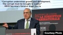 Le secrétaire général de l'OCDE Angel Gurria, lors d'une conférence de presse pour discuter du rapport de la corruption transnationale.