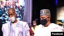 Gwamna Zulum, haru da tsohon gwamna Shettima, dama (Facebook/Gwamnatin Borno)