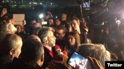 Can Dündar ve Erdem Gül, Silivri Cezaevi dışında coşkulu bir kalabalık tarafından karşılandı.