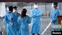 資料照片:內華達大學的醫學人員在拉斯維加斯一個停車場內設立新冠病毒的檢測站(2020年3月30日)