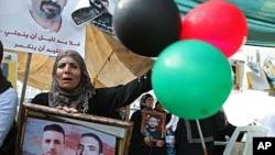 巴勒斯坦人10月15日在约旦河西岸城市纳布卢斯庆祝和以色列交换俘虏