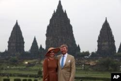 Raja Belanda Willem-Alexander (kanan) bersama Ratu Maxima saat mengunjungi Candi Prambanan di Yogyakarta, 11 Maret 2020.