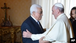 Pope Francis meets Palestinian leader Mahmoud Abbas during an audience at the Vatican, May 16, 2015.