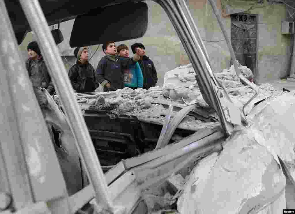 Suriye'de, Doğu Ghouta'ya düzenlenen hava saldırısı sonrası bir görüntü.