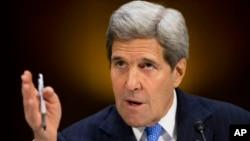 美国国务卿克里在国会山举行的参议院外交关系委员会听证会上作证。(2015年3月11日)